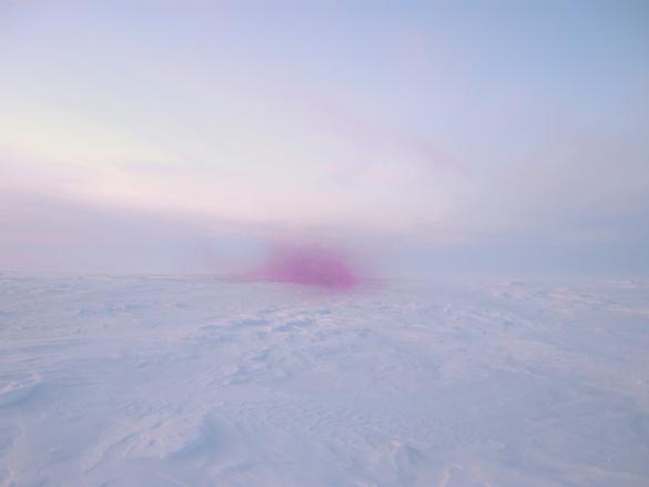 Charles Stankievech, LOVELAND. Installation avec vidéo HD / Installation with HD video. Dans cette vidéo, l'artiste dégoupille des grenades dans un paysage arctique jusqu'à saturer l'espace de couleur émeraude, une vision paranoïaque nourrie de science-fiction et de fascination pour ces espaces stratégiques, tant sur le plan militaire qu'énergétique. / In this video, the artist defuses grenades in an Arctic landscape until the space is saturated with an emerald colour, a paranoid vision fuelled by sci-fi and a fascination with these strategic spaces, be it on a military or energy level.