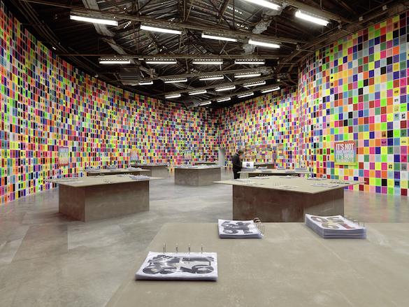 Vue de l'expositionUGO RONDINONE : I ♥ JOHN GIORNO, Palais de Tokyo (21.10 2015 – 10.01 2016). Photo : André Morin. Courtesy de l'artiste.