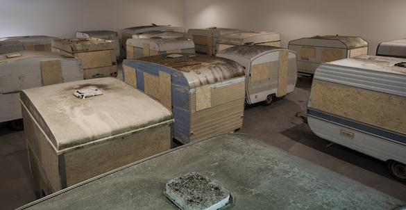 Héctor Zamora, «La réalité et autres tromperies», Frac des Pays de la Loire, 2015. Caravanes et bois / Trailers and wood. Photo : Fanny Trichet