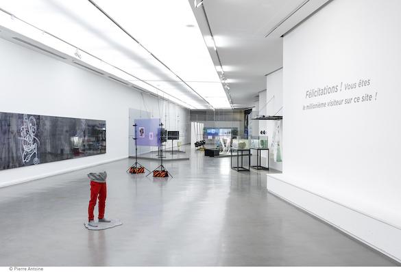 Vue de l'exposition Co-Workers, Le réseau comme artiste, Musée d'art moderne de la ville de Paris, Photo : Pierre Antoine.