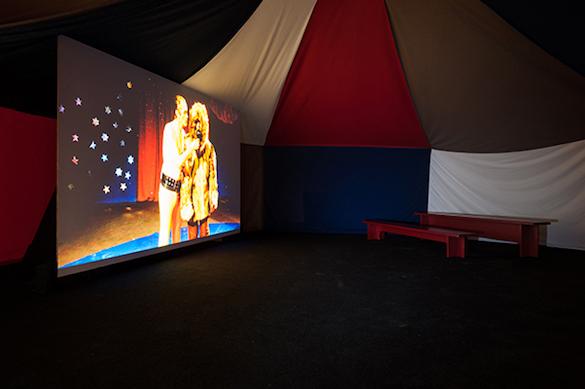Pauline Curnier Jardin, Blutbad Parade, 2014-2015. Installation, film HD couleur et son (37'), tente. Photo : Emile Ouroumov, 2015. Vue de l'exposition au Quartier, Quimper.