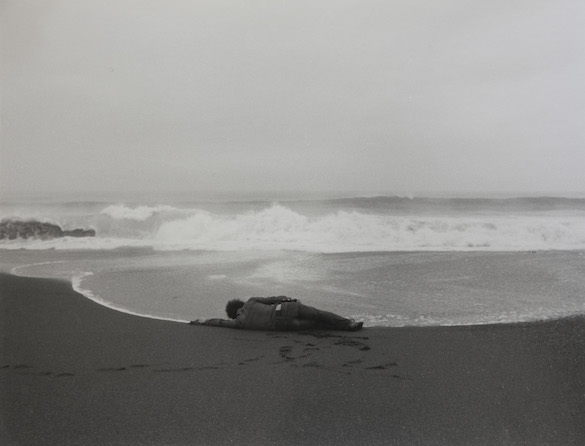 Kōji Enokura, Symptom—Sea-Body (P.W. - No. 40), 1972. Epreuve gélatino-argentique, 25,6 × 33,2 cm. Courtesy Estate of Enokura Kōji et Blum & Poe, Los Angeles.