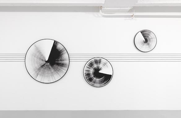 Toutes les images : Vue de l'exposition de Claudia Comte « Sonic Geometry », Galerie Art & Essai, Rennes, 2015. Photo : André Morin.