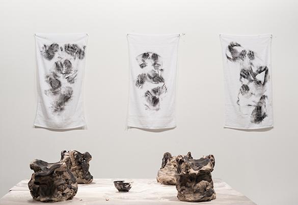 Yoan Sorin, Si j'existe je ne suis pas un autre, 2014. Performance et installation. Photo : Emile Ouroumov, 2015. Vue de l'exposition au Quartier, Quimper.