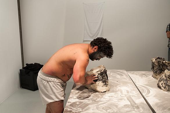 Yoan Sorin, Si j'existe je ne suis pas un autre, 2014. Performance et installation. Photo : Emile Ouroumov, 2015. Vue de la performance au Quartier, Quimper.