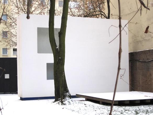 Jean-Pascal Flavien, no drama house, 2009. Kurfürstenstraße 20, Berlin, 5,5 × 7,75 × 1,2 m. Courtesy Galerie Catherine Bastide.